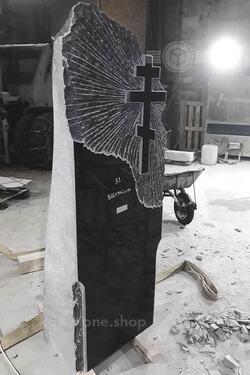 Гранитный памятник скала с крестом на могилу