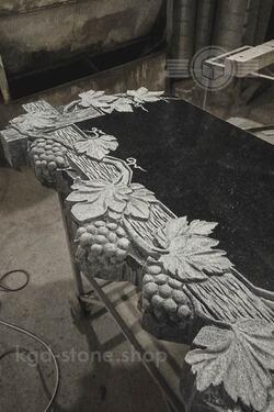 Памятник на могилу с гроздьями винограда